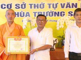 Đại diện chùa nhận bằng công nhận của chính quyền địa phương. Ảnh: Trần Liêm