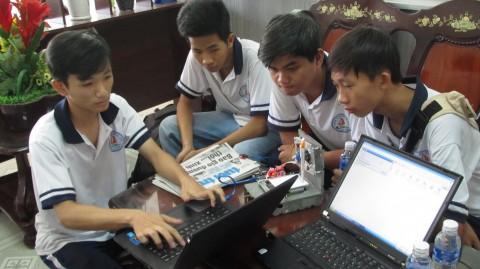Nguyễn Khải Nguyên điều khiển máy vẽ bằng phần mềm máy tính