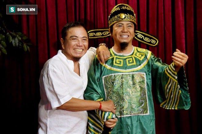 Hồng Tơ chụp cùng tượng sáp của chính mình tại Nhà hát Hoà Bình.