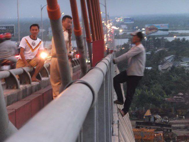 Thanh niên nghi ngáo đá đu lan can cầu Rạch Miễu
