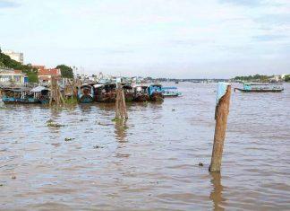 Dòng Sông Tiền  Thơ Mộng   Nơi này ngày xưa có mấy cây dương  Có rất nhiều người