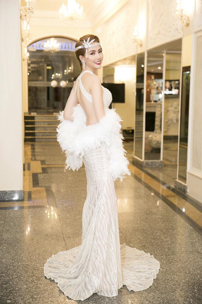 Tại sự kiện, Phan Thị Mơ tự tin diện đầm trắng, để hở lưng trần quyến rũ.