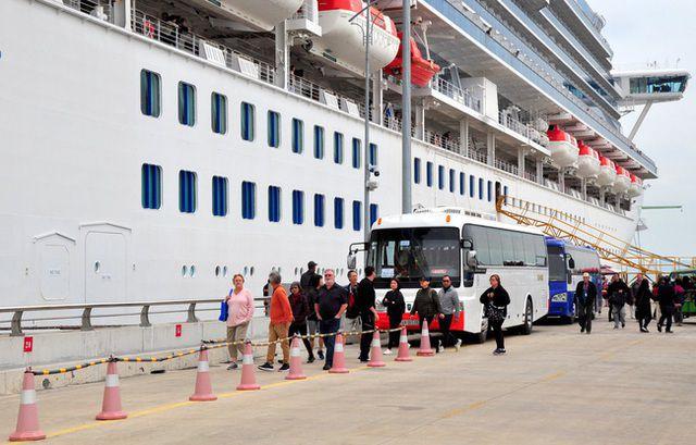 Đoàn HDV người Việt (tiếng Nhật Hà Nội) phụ trách dẫn khách trên du thuyền Diamond Princess tại Việt Nam.