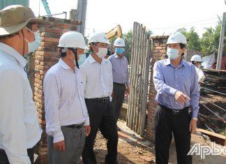 Đồng chí Lê Văn Hưởng (bìa phải) kiểm tra tiến độ xây dựng cầu Trà Lọt (huyện Cái Bè).