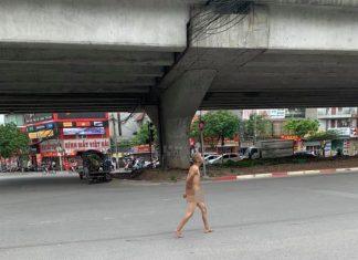 """CLIP Nam thanh niên vô tư """"cởi trần truồng"""" đi dạo phố, chỉ đạo giao thông giữa ngã tư"""