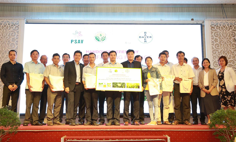 """Đại diện ban dự án """"Better Farms, Better Lives"""" trao gói hỗ trợ tượng trưng cho đại diện TTKN và nông dân các tỉnh, thành phố."""
