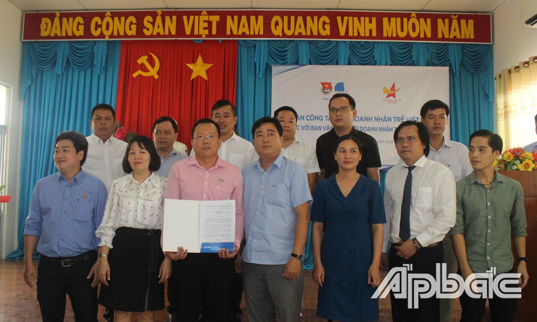 Trao Quyết định và ra mắt thành viên Ban Vận Động thành lập Hội Doanh nhân trẻ Tiền Giang.