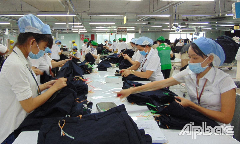 Công nhân, lao động nữ đang làm việc tại Công ty cổ phần may Việt Tân (TX. Cai Lậy).