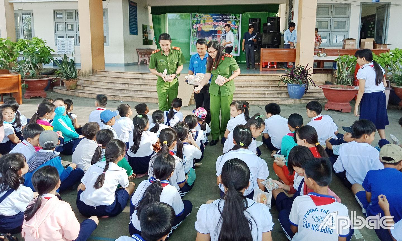 Quang cảnh phát quà Trung thu tại trường Tiểu học Tân Hội Đông.