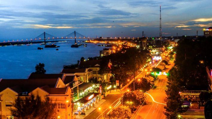 Một góc thành phố bên sông Tiền về đêm