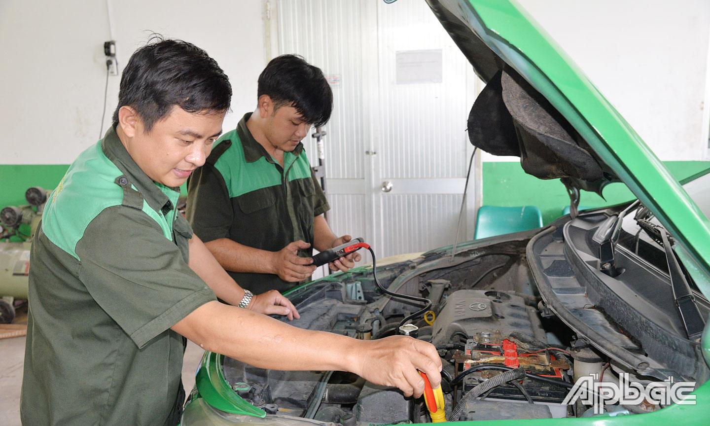 Nhân viên bảo dưỡng xe tại Xưởng bảo dưỡng, sửa chữa phương tiện  của Mai Linh Tiền Giang.