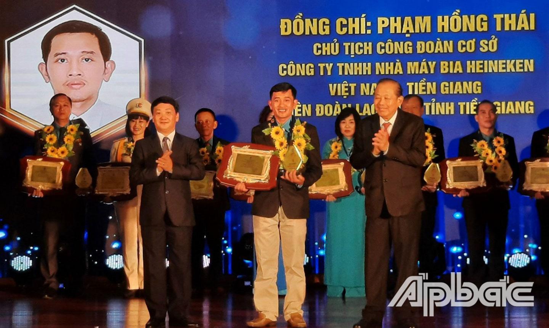 """Anh Thái vinh dự nhận """"Giải thưởng Nguyễn Văn Linh"""" do Tổng LĐLĐ Việt Nam trao tặng."""