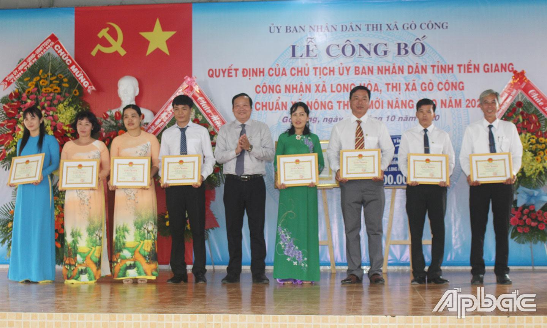 Đồng chí Nguyễn Hữu Lợi, Tỉnh ủy viên, Bí thư Thị ủy, Chủ tịch HĐND TX. Gò Công trao Giấy khen cho các cá nhân  có thành tích trong xây dựng xã Long Hòa đạt chuẩn NTM nâng cao năm 2020.