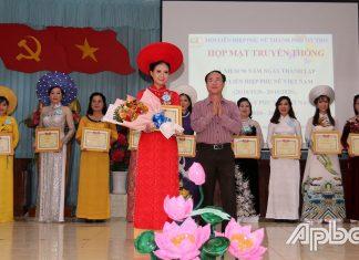 Bí thư Thành ủy Mỹ Tho Trần Kim Trát trao giải I thí sinh Liên hoan áo dài xưa và nay.