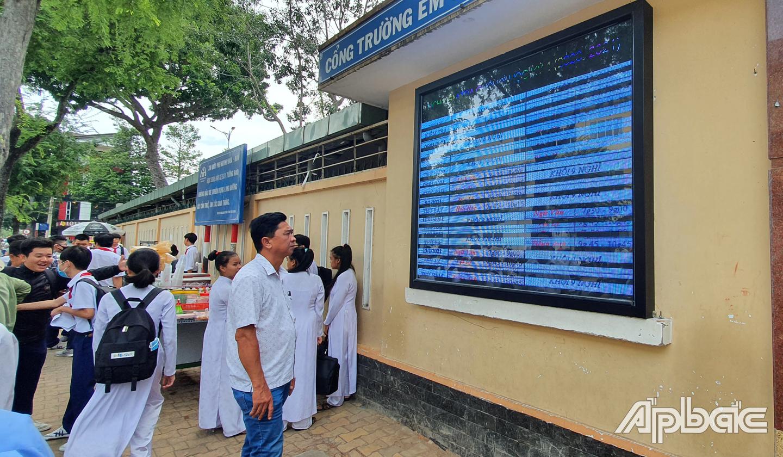 Phụ huynh xem thông báo từ bảng thông tin.
