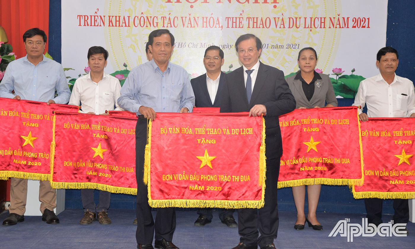 Thứ trưởng Bộ VHTTDL Tạ Quang Đông  trao Cờ thi đua của Bộ VHTTDL cho giám đốc Sở VHTTDL tỉnh Tiền Giang Nguyễn Đức Đảm