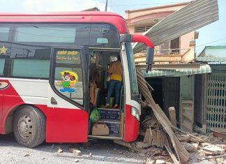 Tiền Giang: Người phụ nữ bị xe khách lao trúng khi đang nấu ăn trong nhà