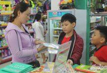 Phụ huynh lựa chọn mua STK cho con tại nhà sách.