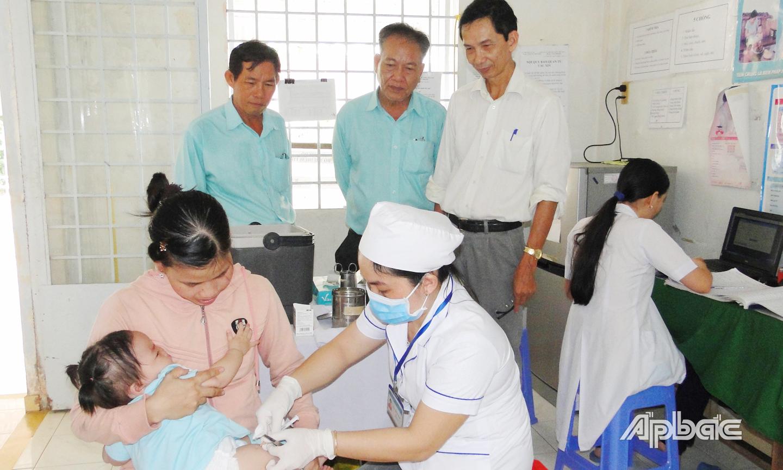 Phụ huynh cần đưa con em đi tiêm chủng đủ mũi, đúng thời gian để bảo vệ trẻ khỏi nhiều loại bệnh nguy hiểm
