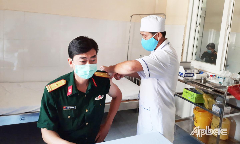 Trên 80 cán bộ, chiến sĩ quân đội của tỉnh Tiền Giang đã hoàn thành tiêm mũi 1 vắc xin phòng Covid-19 và không hề có trường hợp nào sốc phản vệ hay tai biến sau tiêm chủng