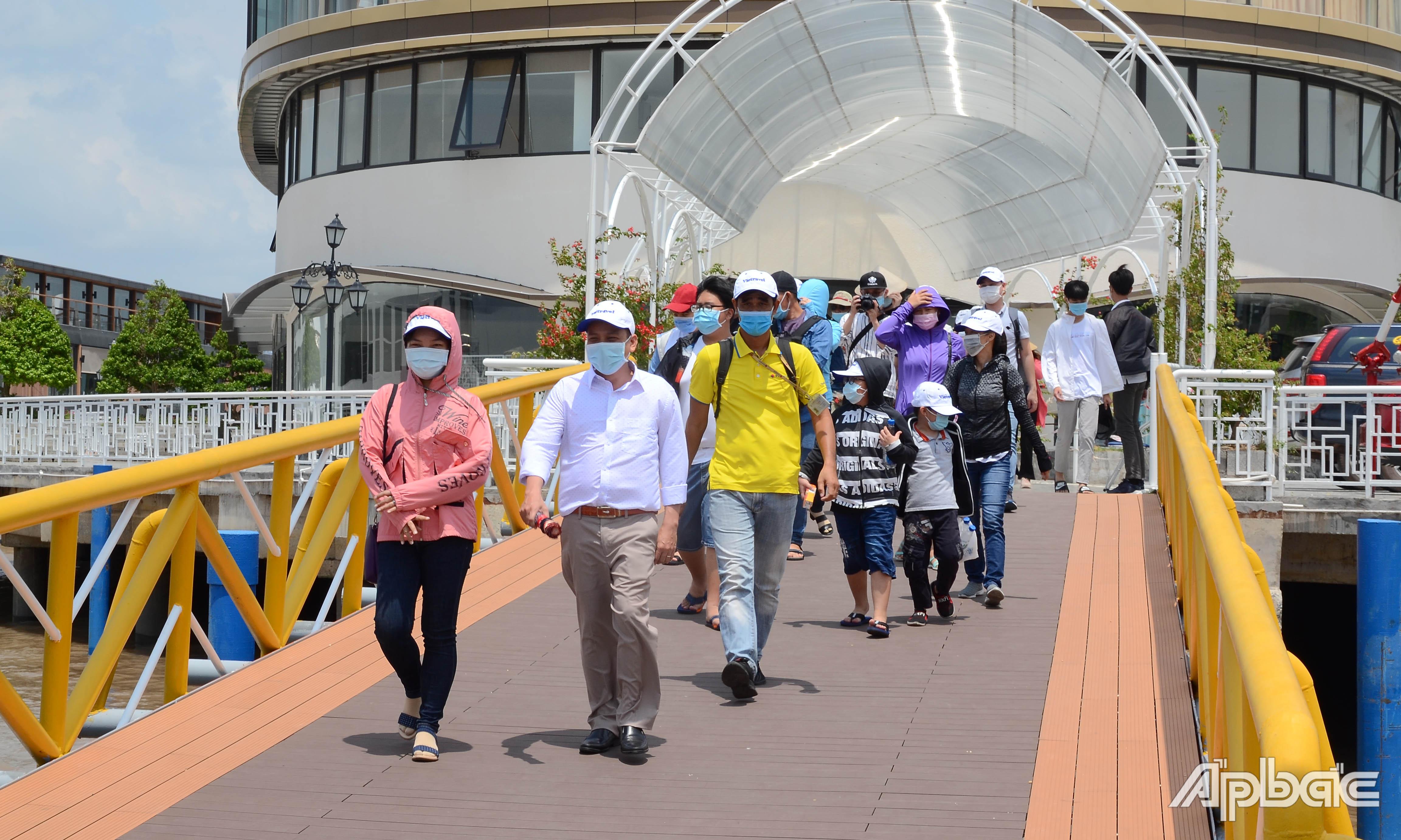 Khách du lịch đến cù lao Thới Sơn qua Cảng du thuyền Mỹ Tho.