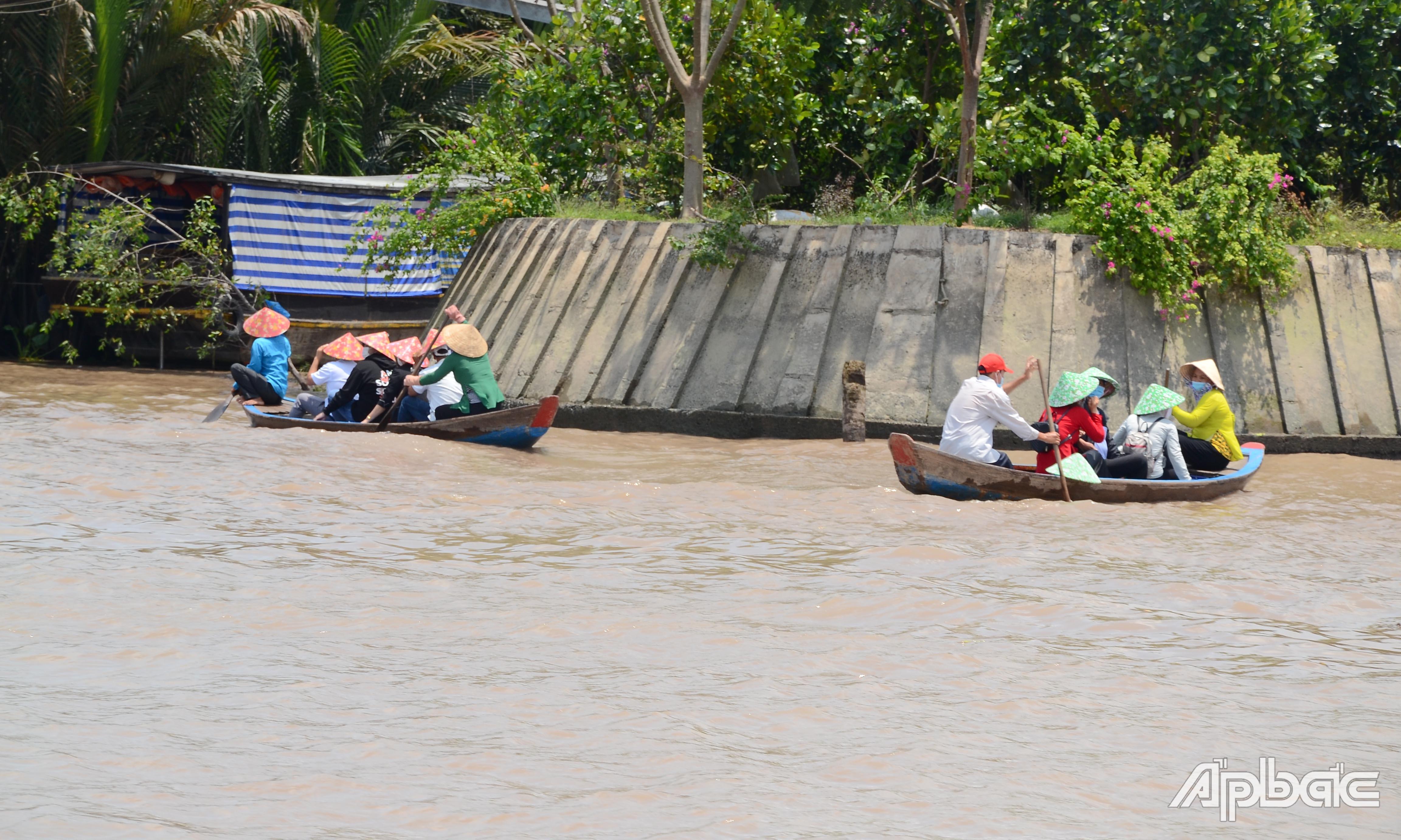 Khách du lịch đến cù lao Thới Sơn tăng mạnh so với ngày thường.