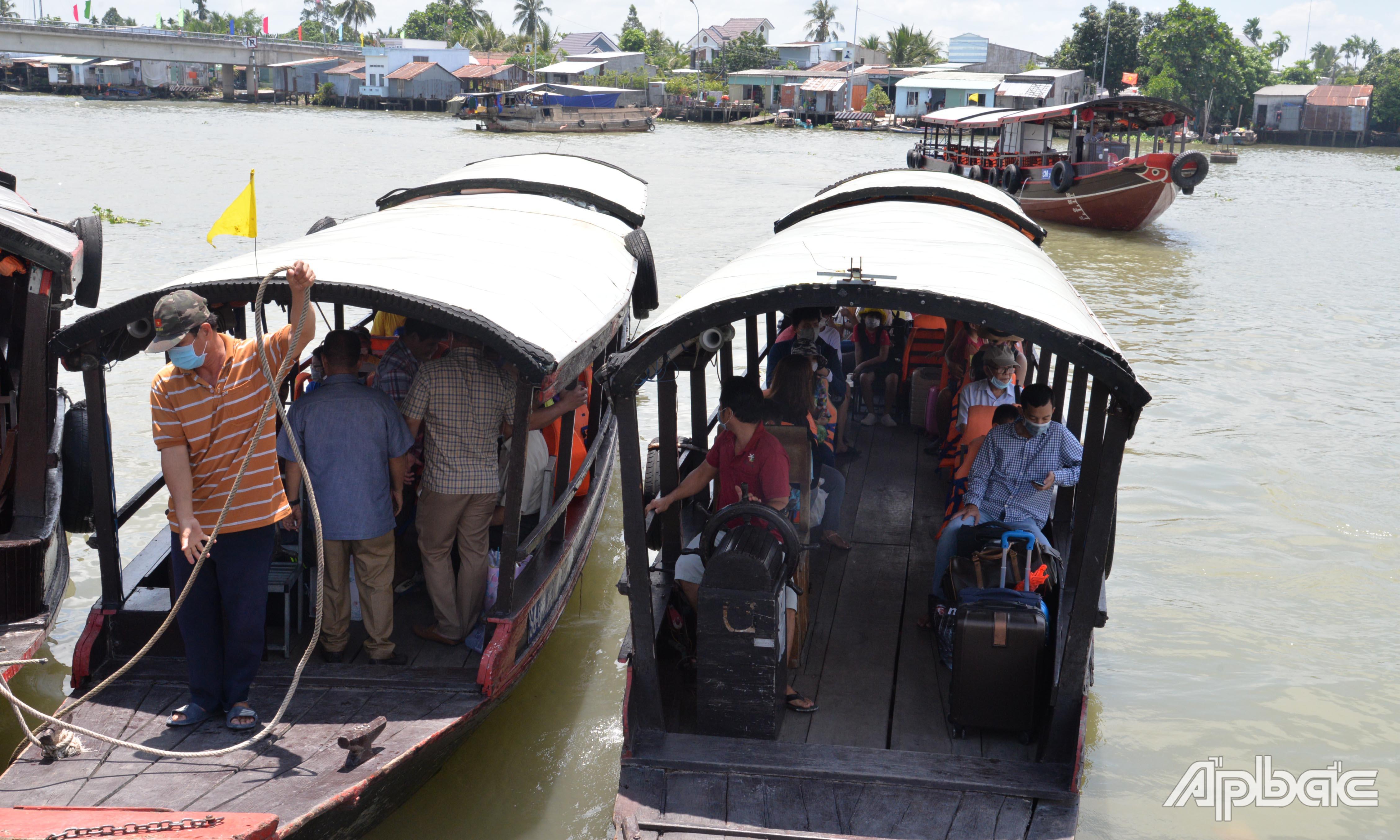 Khách du lịch đến huyện Cái Bè tăng so với ngày thường.