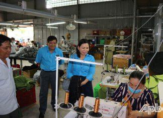 Đồng chí Lê Thanh Tiền thăm hỏi CNLĐ nữ đang làm việc tại một công ty may mặc.