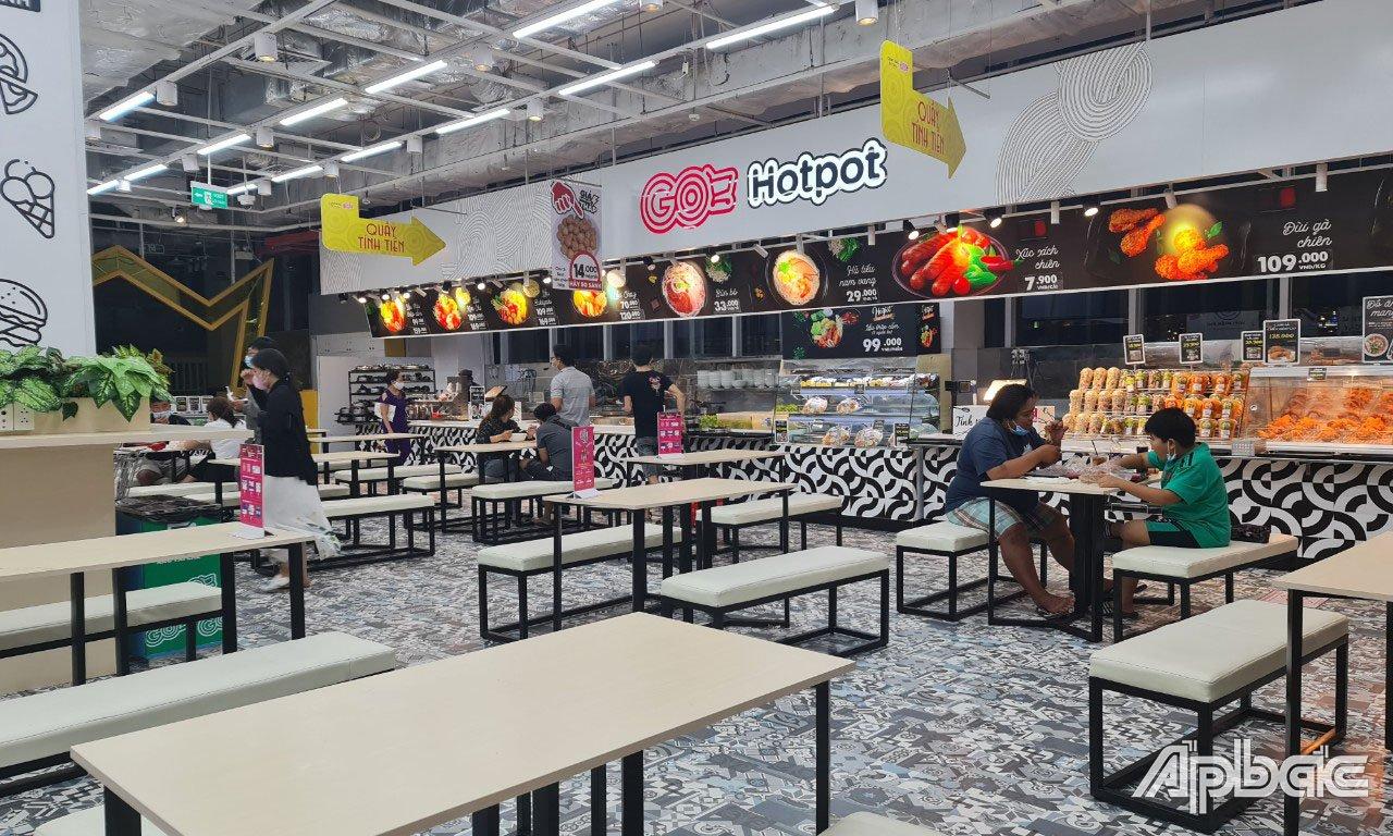 Cửa hàng thức ăn còn bán cho khách ăn tại chỗ bên trong Trung tâm Thương mại Go! Mỹ Tho.