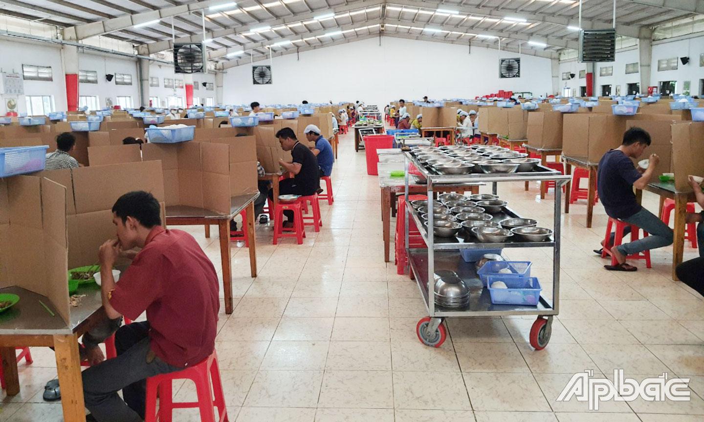 Công ty TNHH Dụ Đức Việt Nam (Khu công nghiệp Tân Hương) thiết kế vách ngăn trên mỗi bàn ăn nhằm phòng, chống lây nhiễm dịch Covid-19.