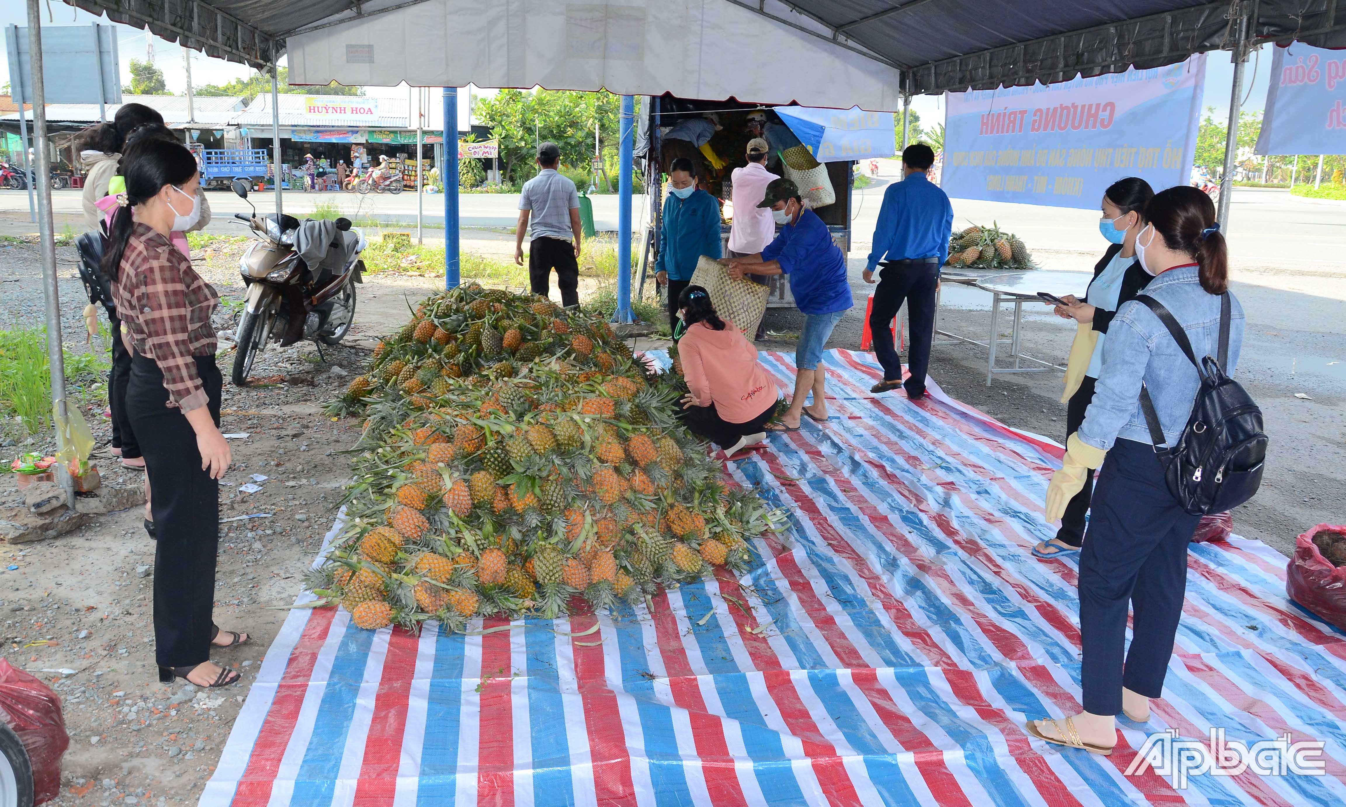 Điểm bán nông sản hỗ trợ bà con nông dân tiêu thụ sản phẩm tại huyện Tân Phước.