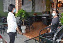 Đồng chí Lê Thị Bé Phượng nhắc nhở quán cà phê trên đường Hùng Vương (xã Đạo Thạnh) còn bán nước cho khách đến uống tại quán.
