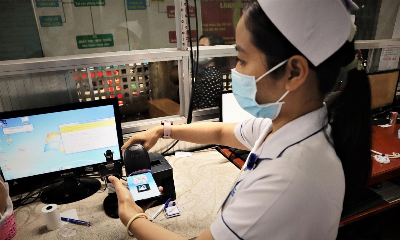 Nhân viên tại phòng khám bệnh quét mã QR trên ứng dụng VssID tại Bệnh viện đa khoa trung tâm Tiền Giang.