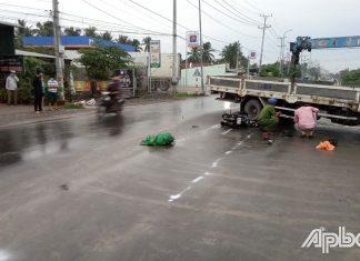 Tông vào xe tải cẩu, 2 người tử vong