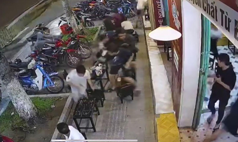 Thanh niên cầm vũ khí xông vào quán khiến nhiều người bỏ chạy. Ảnh cắt từ clip công an cung cấp